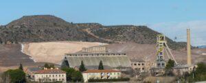 El castellet i l'entrada de la mina de Vilafruns, imatge del 2010, quan tapaven el runam
